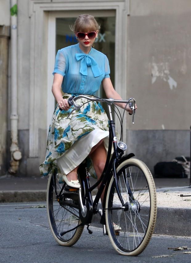 Taylor-Swift-andando-de-bicicleta-em-novo-clipe